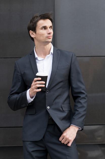Mann in der pause eine tasse kaffee zu trinken Kostenlose Fotos