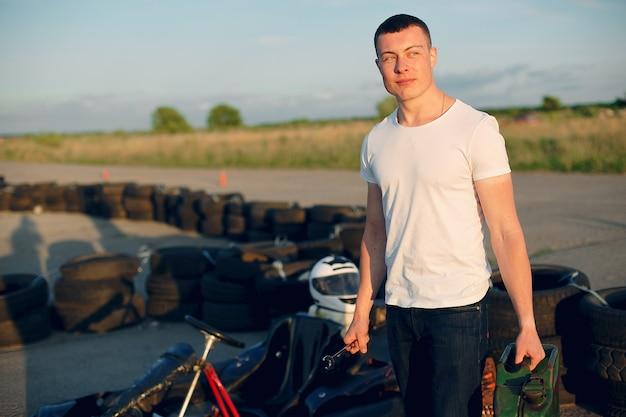 Mann in einer kartbahn mit einem auto Kostenlose Fotos