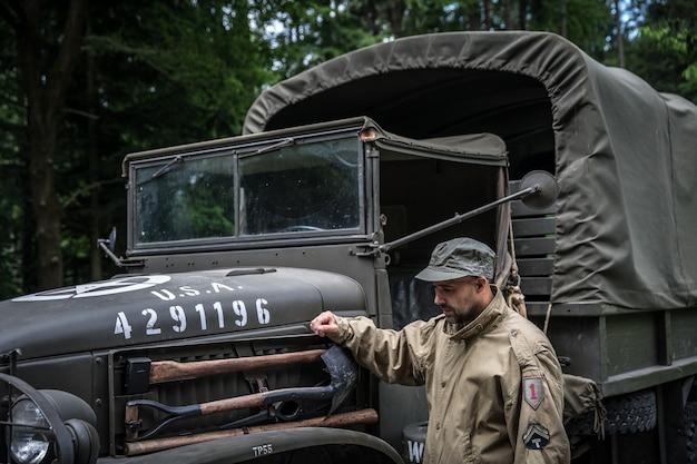 Mann in einer militäruniform in einem armeeauto. Premium Fotos
