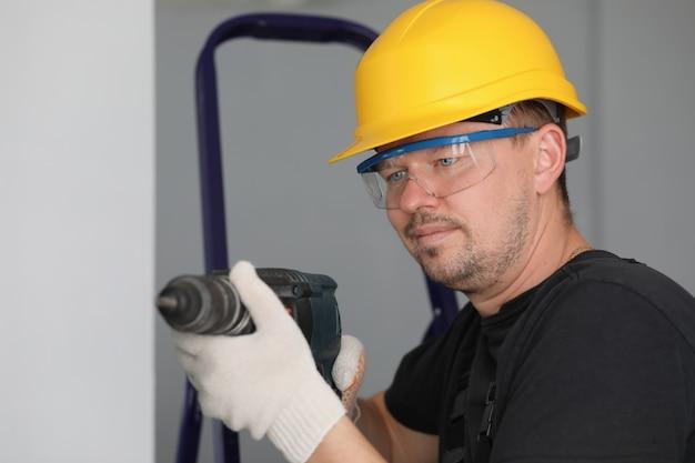 Mann in schutzhelm und brille Premium Fotos