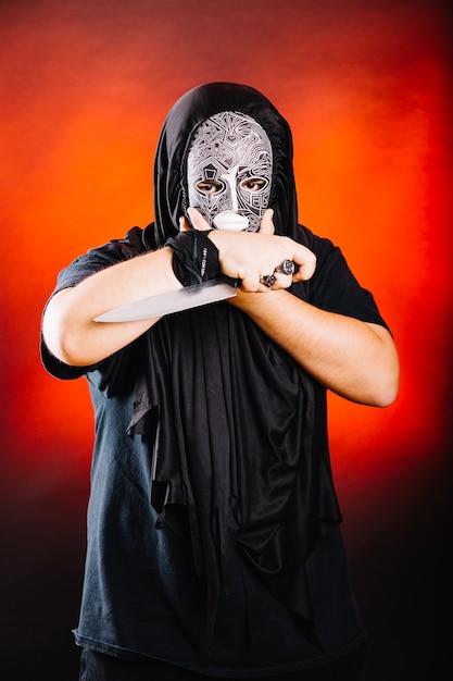 Mann in schwarz posiert mit messer Kostenlose Fotos