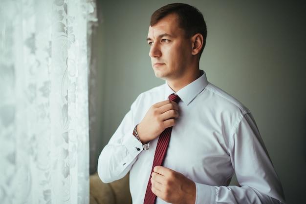 Mann korrigiert gürtel, gebühr bräutigam, hände des mannes, kleiden, mann knöpft hosen, jeans Kostenlose Fotos