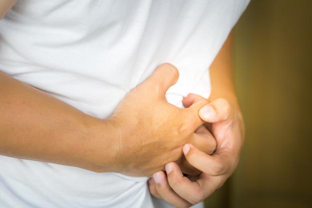Mann krank bauchschmerzen. Premium Fotos