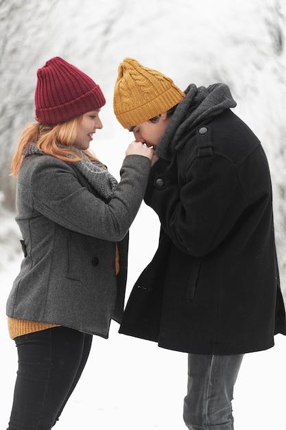 Mann küsste die hände ihrer freundin mittlerer schuss Kostenlose Fotos