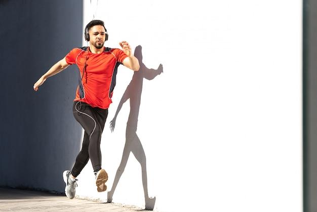 Mann-läufer, der auf stadt läuft Premium Fotos