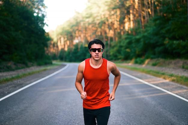 Mann läuft im freien Premium Fotos