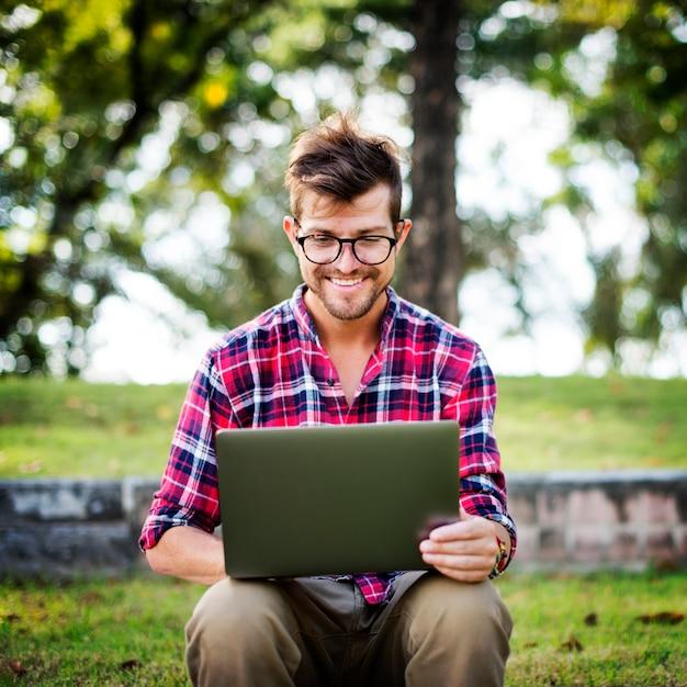Mann-laptop-grasen, social-networking-technologie-konzept suchend Premium Fotos