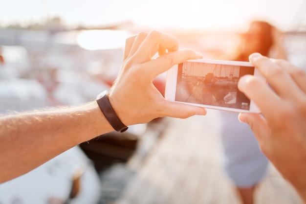 Mann macht foto von junger frau Premium Fotos