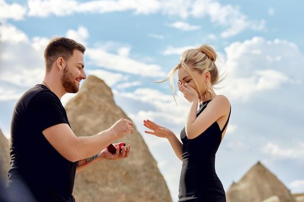 Mann macht seiner freundin einen heiratsantrag. Premium Fotos
