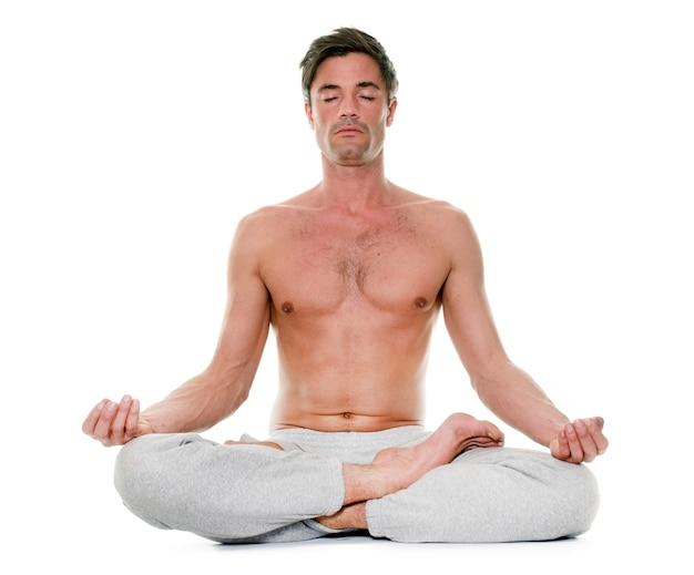 Mann macht yoga Premium Fotos