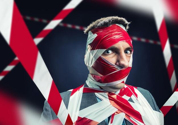 Mann mit abgezogenem klebeband über körper Premium Fotos
