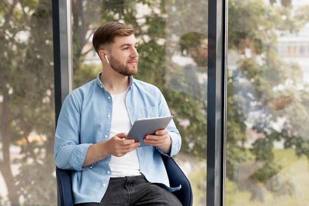 Mann mit airpods Kostenlose Fotos