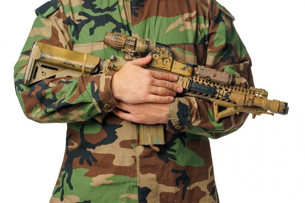 Mann mit airsoft abnutzung und luftgewehr Premium Fotos