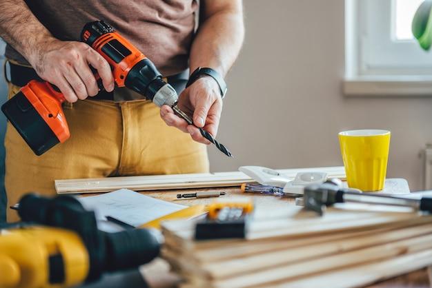 Mann mit akku-bohrmaschine Premium Fotos