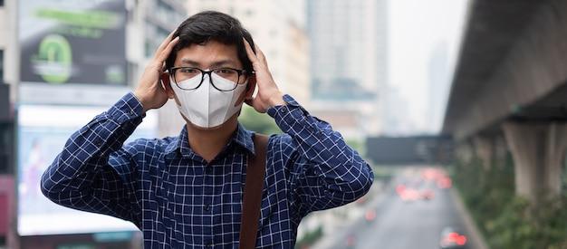 Mann mit atemmaske n95 schützen und filtern pm2.5 Premium Fotos