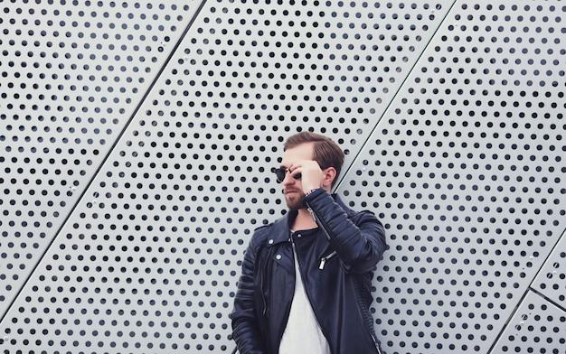 Mann mit bart in der herbstlederjacke Premium Fotos