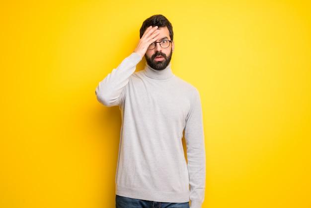Mann mit bart und rollkragen mit überraschung und entsetztem gesichtsausdruck Premium Fotos