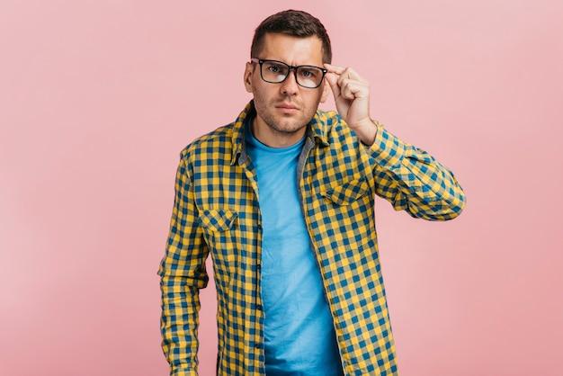 Mann mit brille sucht neugierig Kostenlose Fotos