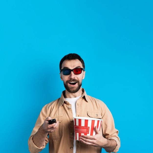 Mann mit brille und fernbedienung Kostenlose Fotos