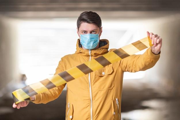 Mann mit chirurgischer maske im freien Kostenlose Fotos