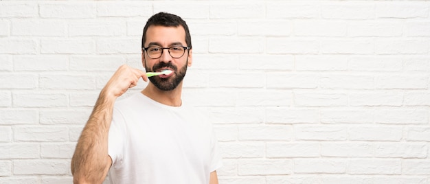 Mann mit dem zähneputzen des bartes Premium Fotos