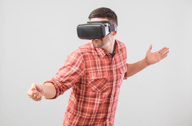 Mann mit den gläsern der virtuellen realität, die fechtsimulator zahlen Premium Fotos