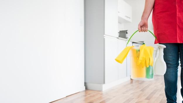 Mann mit eimer reinigungsprodukte Kostenlose Fotos