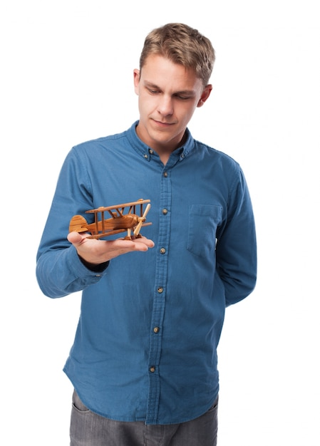 Mann mit einem kleinen flugzeug Kostenlose Fotos