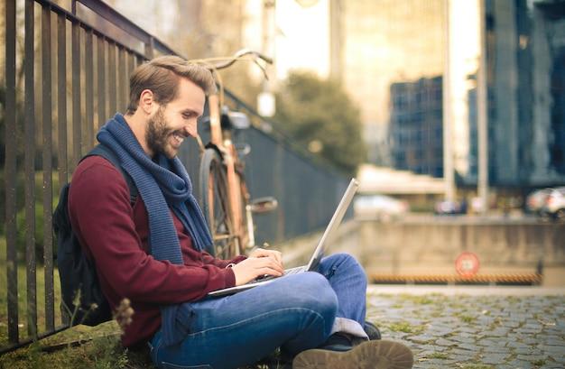 Mann mit einem laptop Premium Fotos