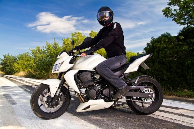 Mann mit einem motorrad Premium Fotos