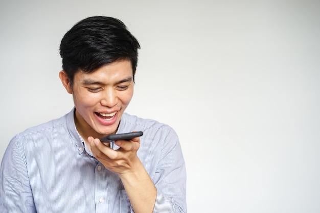 Mann mit einer sprachsteuerung eines smartphones Premium Fotos