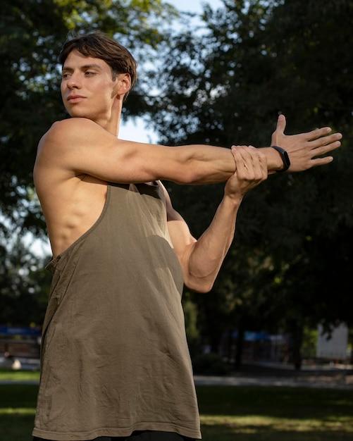 Mann mit fitnessband, das in der natur arbeitet Kostenlose Fotos