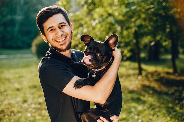 Mann mit französischer bulldogge Kostenlose Fotos