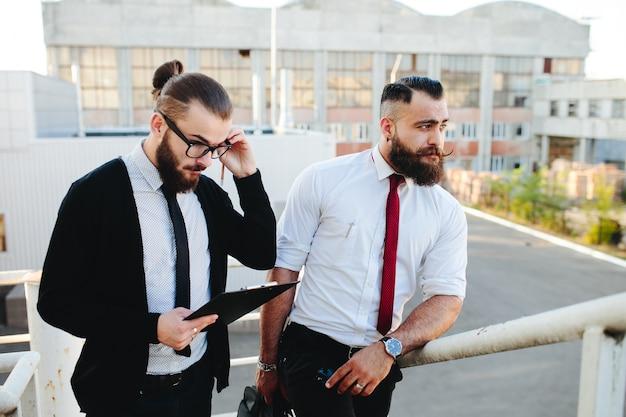 Mann mit gläsern auf einem tablett mit einem anderen mann