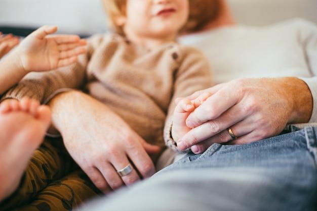 Mann mit jungen kindern ruhen Kostenlose Fotos