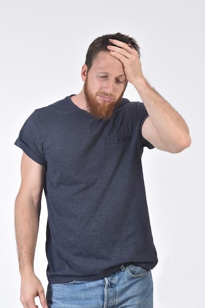 Mann mit kopfschmerzen auf weiß Premium Fotos
