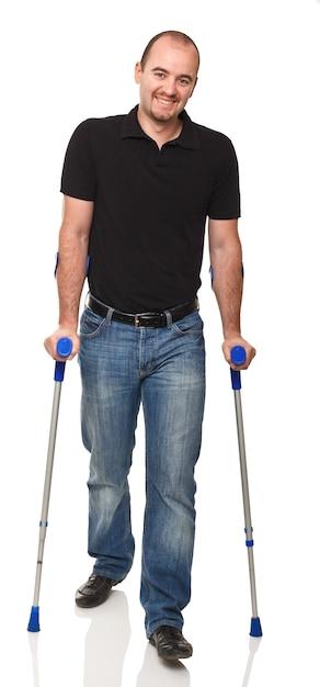 Mann mit krücke Premium Fotos