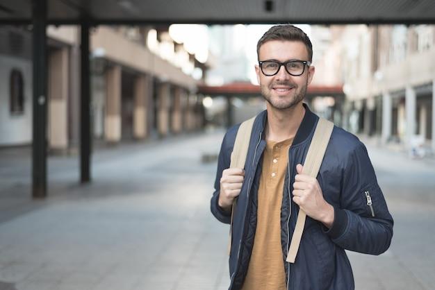 Mann mit lächelndem studenten des rucksacks Premium Fotos