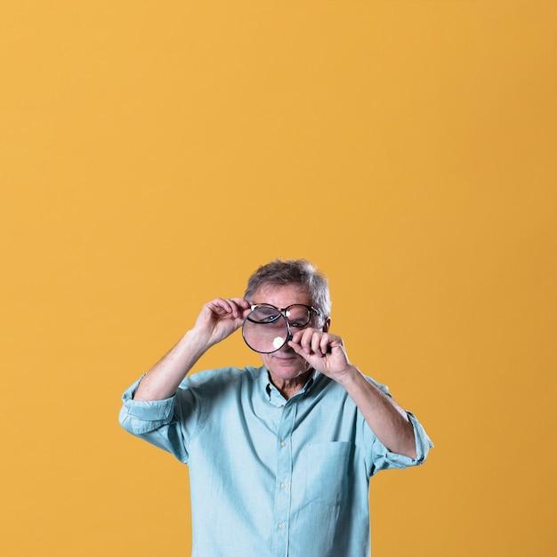 Mann mit lupe Kostenlose Fotos