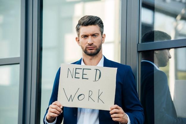 Mann mit mittlerem schuss braucht arbeit Kostenlose Fotos