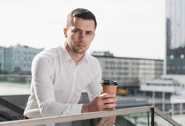 Mann mit mittlerem schuss des kaffees Kostenlose Fotos