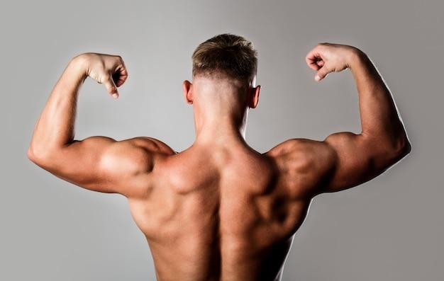 Mann mit muskulösen armen, trizeps. taille, taille. kerl mit schönem oberkörper. Premium Fotos