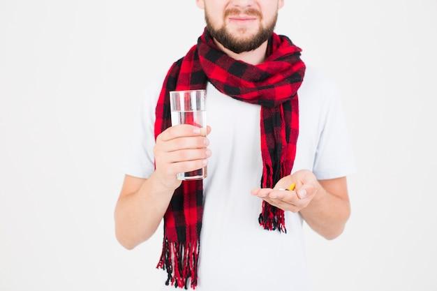 Mann mit pillen in der hand Kostenlose Fotos
