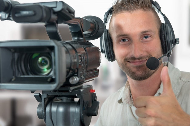 Mann mit professionellem camcorder und kopfhörern Premium Fotos