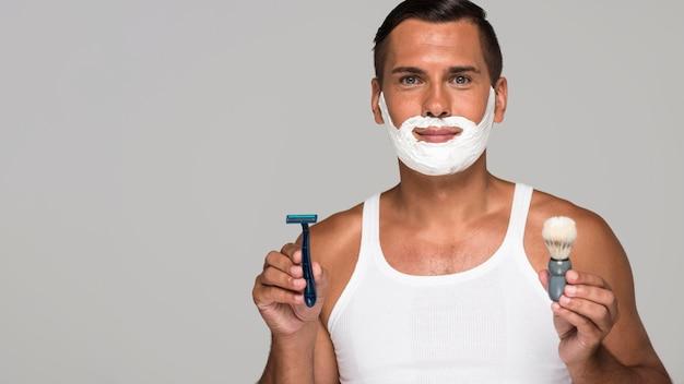 Mann mit rasierschaum und kopierraum Premium Fotos