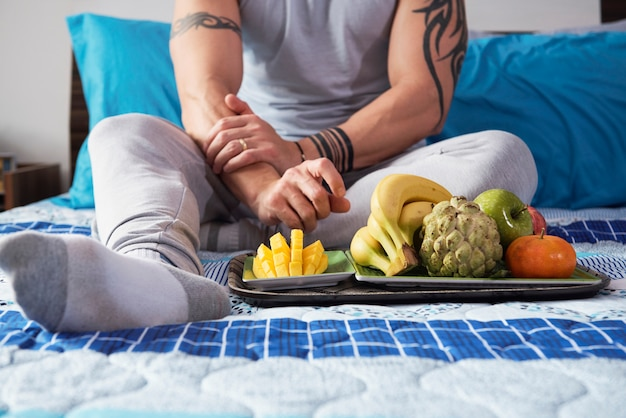 Mann mit reifen früchten Kostenlose Fotos