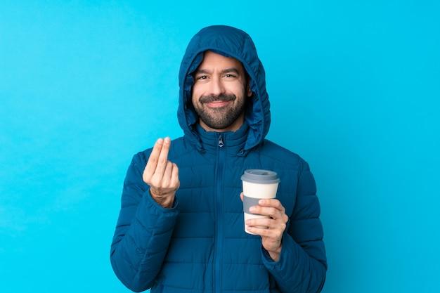 Mann mit schneemantel Premium Fotos