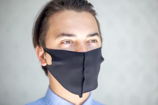 Mann mit schwarzer chirurgischer medizinischer maske Premium Fotos