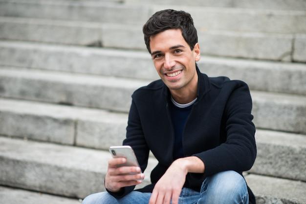 Mann mit seinem handy Premium Fotos