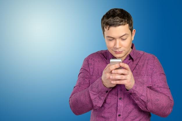 Mann mit smartphone Premium Fotos